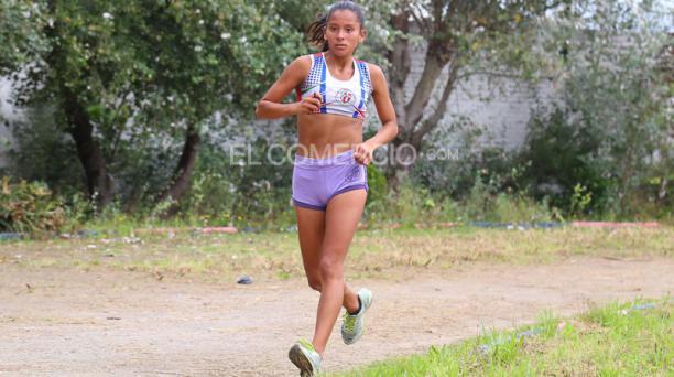 Karla Jaramillo, durante uno de sus entrenamientos en el Colegio Nacional Ibarra. Foto: Diego Pallero / EL COMERCIO