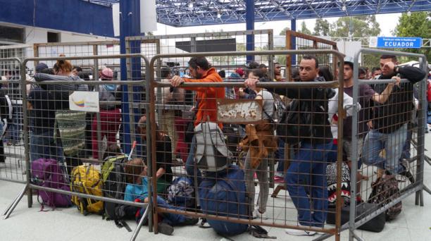 Migrantes venezolanos hicieron fila para su ingreso al Ecuador, ayer, en Rumichaca.