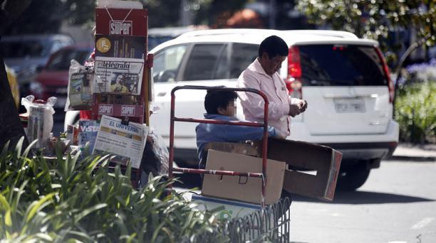 Infantes y padres venden productos en las principales calles del norte de la capital. Foto: Patricio Terán/ EL COMERCIO.