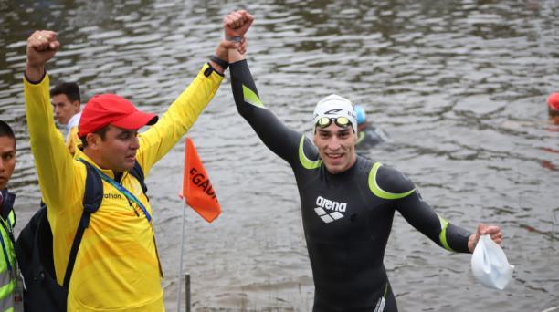 El nadador ecuatoriano Esteban Enderica celebra tras conseguir la medalla de oro en los Panamericanos de Lima 2019.
