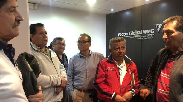 Un grupo de maestros jubilados solicitó asesoramiento sobre los Bonos del Estado en una casa de valores de Quito. Foto: Vicente Costales / EL COMERCIO