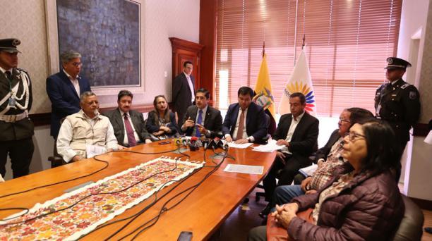 Autoridades y jubilados firmaron el acta en la sala de sesiones del Consejo de Administración Legislativa. Foto: Vicente Costales / EL COMERCIO
