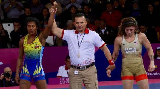 Lissette Antes levanta la mano al ganar la final de lucha estilo libre en la categoría 57kg ante Jenna Burkert en Lima 2019. Foto: @DeporteEc