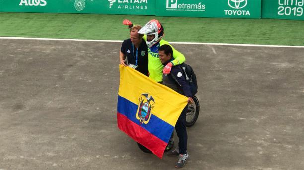 El ciclista Alfredo Campo celebra con la Bandera de Ecuador su triunfo en los Panamericanos Lima 2019. Foto: @DeporteEc