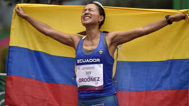 Johana Ordóñez celebra el triunfo en los 50 km marcha, el domingo 11 de agosto del 2019 en Lima. Foto: AFP