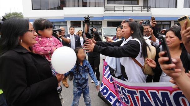 Familiares y amigos de los padres de Anahí se reúnen con la pequeña en los exteriores de la Dinapen. Foto: Vicente Costales / EL COMERCIO