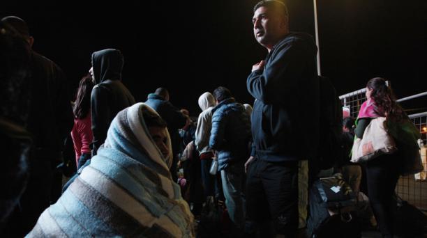 Este viernes, migrantes venezolanos amanecieron haciendo fila en el puente de Rumichaca. Foto: Galo Paguay / EL COMERCIO
