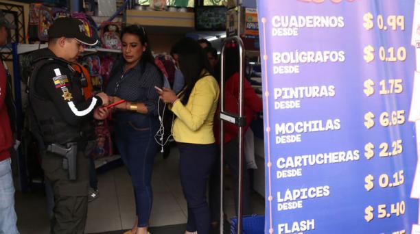 Nataly Logroño, comisaria del circuito La Mariscal (centro), recorrió papelerías ayer. Foto: Diego Pallero / EL COMERCIO
