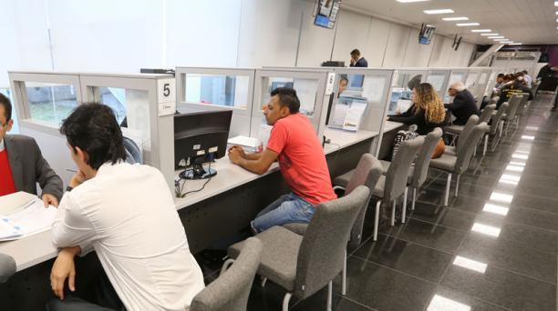 Los afiliados se han acercado hasta el Biess para conocer las nuevas condiciones del crédito hipotecario. Foto:Vicente Costales / EL COMERCIO
