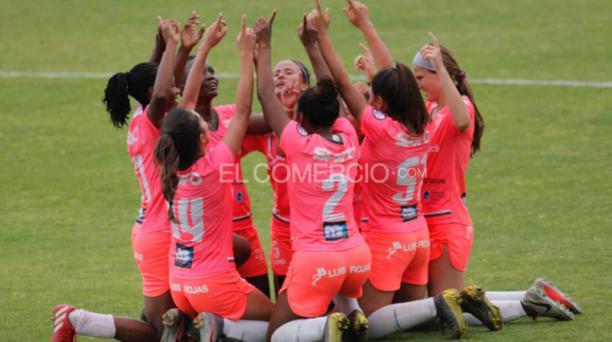 Las jugadoras de Ñañas celebran el gol anotado por Yosneidy Zambrano a Dragonas del Independiente del Valle, este jueves 12 de septiembre del 2019, jugado en el Complejo de Chillo-Jijón en Sangolquí. Foto: Patricio Terán / EL COMERCIO