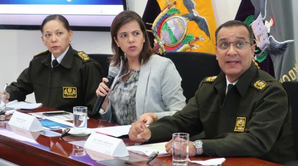 Maria Paula Romo, ministra de Gobierno, junto a representantes de la policía, detallan lo ocurrido en la balacera que se produjo en una boda el domingo 15 de septiembre de 2019. Foto: EFE