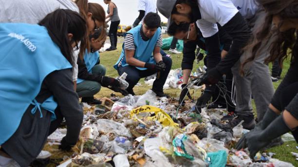 Voluntarios de PlastiCo.Project recolectaron la basura el año pasado en el Itchimbía. Foto: Cortesía plastico.project
