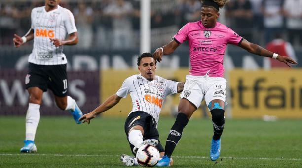 Ángelo Preciado (der.) avanza ante la marca de Gabriel, en el juego del miércoles ante Corinthians. Preciado tiene 21 años y se formó en IDV.