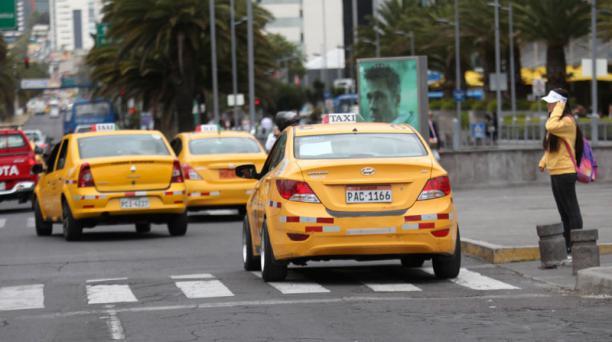 La avenida Naciones Unidas es una de las zonas de concentración de taxis en Quito. Foto: Julio Estrella/ EL COMERCIO