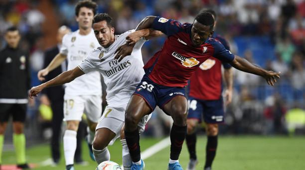 Lucas Vazquez (izq.), del Real Madrid, disputa la pelota con el ecuatoriano Pervis Estupiñán del  Osasuna en el estadio Santiago Bernabeu de Madrid, el 25 de septiembre del 2019. Foto: AFP