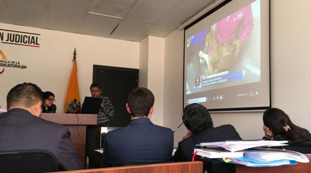 La jueza Irma Carrera mientras observa los videos presentados por la defensa del Municipio de Quito. / Edwing Encalada / EL COMERCIO