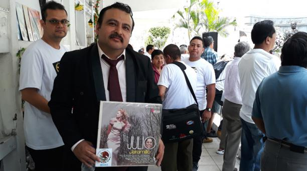 - El coleccionista mexicano Juventino García llegó desde Aguas Calientes,  México, a rendir tributo a JJ. Muestra la portada del álbum llamado 'La de los tres apellidos', uno de los más costosos del Ruiseñor. Foto: EL COMERCIO