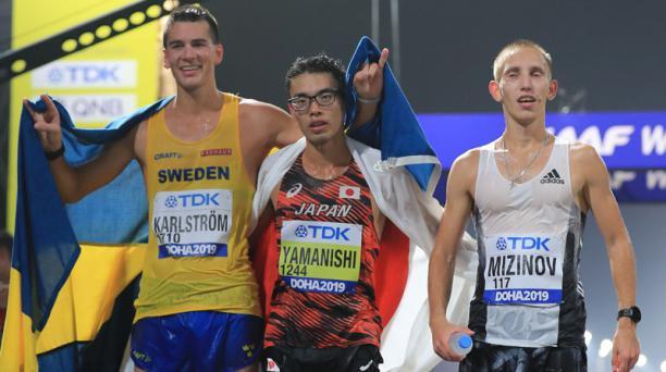 El podio de los 20 Km marcha de Doha fue ocupado por el sueco Perseus Karlstrom (izq.), el japonés Toshikazu Yamanishi y el ruso Vasiliy Mizinov (der.). Foto: AFP