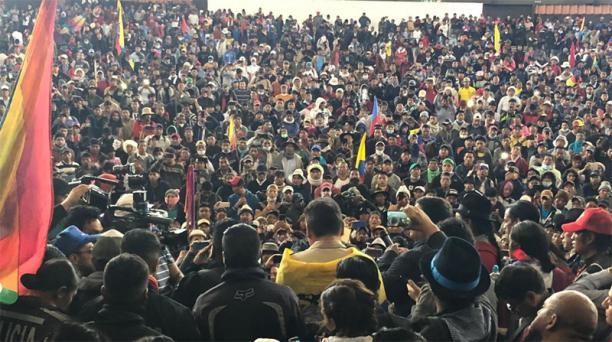 Los dirigentes de la Conaie retuvieron ayer a diez policías y los obligaron a flamear la bandera de Pachakutik, en el Ágora de la Casa de la Cultura. Foto: Eduardo terán / EL COMERCIO