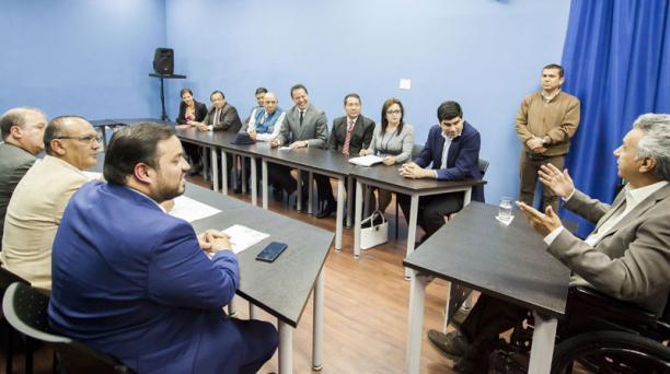 El presidente Lenín Moreno (der.) recibió ayer en Carondelet a representantes de varios grupos de trabajadores. Foto: Armando Prado / EL COMERCIO