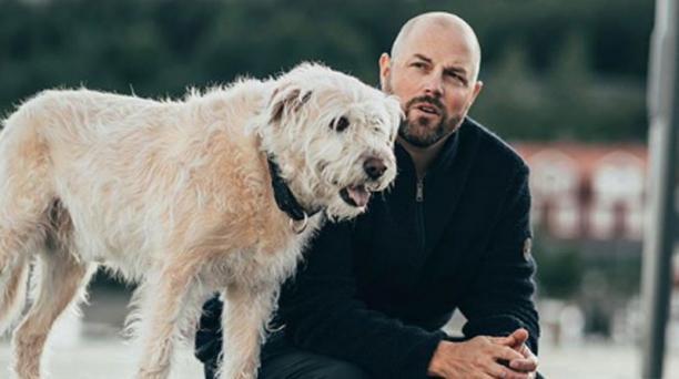 Mikael Lindnord, el sueco que adoptó al perro Arthur en Ecuador, visitará el país entre el 24 de noviembre y el 6 de diciembre del 2019. Foto: Instagram/@mikaellindnord.