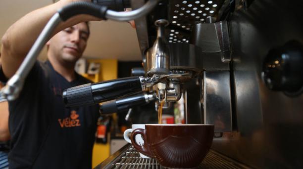 David Velasteguí tiene más de 10 métodos de preparación del café, en  La Floresta. Foto: Diego Pallero/ EL COMERCIO