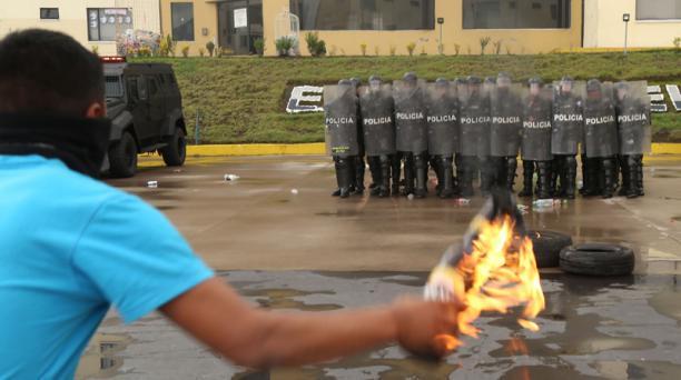 La Unidad de Mantenimiento del Orden (UMO) realizó una demostración de cómo se forman para frenar disturbios. Foto: Diego Pallero/ EL COMERCIO