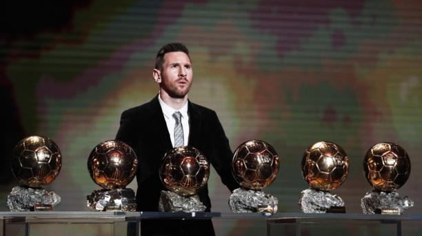 Lionel Messi, ganador del Balón de Oro 2019 masculino, y delantero del FC Barcelona, detrás de sus seis trofeos durante la ceremonia en el Theater du Chatelet en París, Francia, el lunes 2 de diciembre del 2019.  EFE