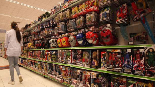 En una de las perchas de Juguetón se exhiben máscaras y muñecos de superhéroes. Foto: Julio Estrella/ EL COMERCIO.