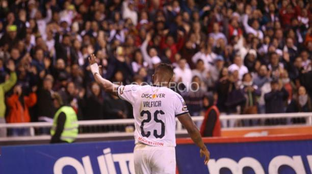 El número 25 de Liga de Quito, Antonio Valencia, fue ovacionado la noche de este 7 de diciembre del 2019 tras el partido ante Aucas. Foto: Diego Pallero/ EL COMERCIO.