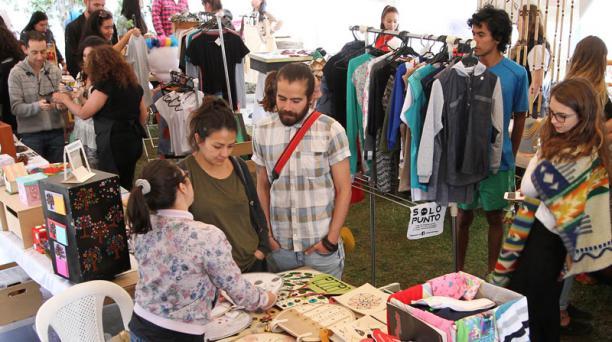 Emprendedores ofrecen sus productos en la Feria de Emprendimiento Cafetina. Foto: Archivo/ EL COMERCIO.