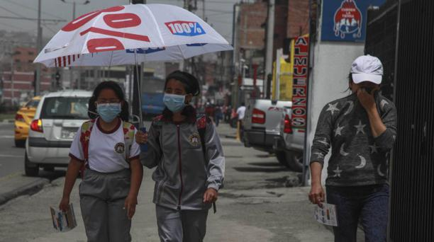 Al mediodía de ayer, estudiantes y transeúntes en Cuenca se protegieron de la ceniza con las mascarillas. Foto: Xavier Caivinagua para EL COMERCIO