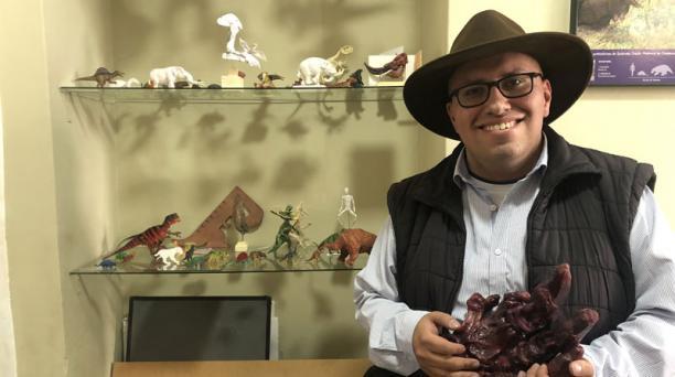 El paleoartista ecuatoriano Pablo Lara fue reconocido por la Asociación Paleontológica Argentina por una ilustración de Quito durante la Era del Hielo. Foto: Carla Sandoval/ EL COMERCIO.