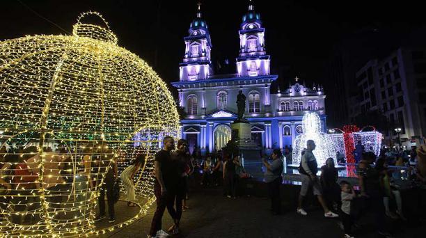 Guayaquil. La plaza San Francisco fue decorada con adornos gigantes y luces en la fachada de la iglesia. Foto: EL COMERCIO