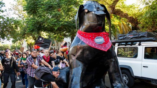 El movimiento social que estalló en Chile en octubre no tenía líderes ni banderas políticas, pero sí tiene Un ícono lleno de simbolismo, el Negro Matapacos, un perro que posa en miles de versiones en estos días, incluso en murales celestiales que lo conv