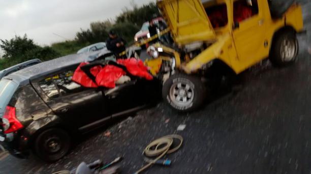 Dos vehículos se impactaron de manera frontal en el sector de Machachi, la madrugada de este domingo 29 de diciembre del 2019. Foto: Cortesía ECU 911