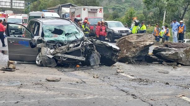 La roca del gran tamaño que cayó sobre un vehículo destruyó la parte delantera de la carrocería, cuando el automotor circulaba por la avenida Simón Bolívar este 2 de enero del 2020. Foto: Cortesía
