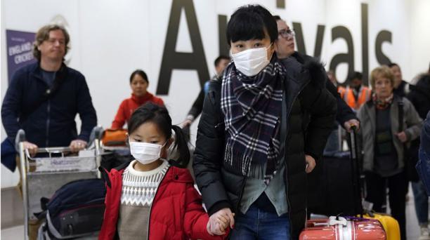 Ciudadanos chinos llegan a Gran Bretaña, nación que también controlará los vuelos que llegan desde China como medida de precaución después de la propagación de un nuevo coronavirus. Foto: EFE