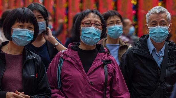 Las personas que usan máscaras visitan el templo Wong Tai Sin el primer día del Año Nuevo Lunar de la Rata en Hong Kong el 25 de enero de 2020, como medida preventiva luego de un brote de coronavirus que comenzó en la ciudad china de Wuhan. Foto: AFP