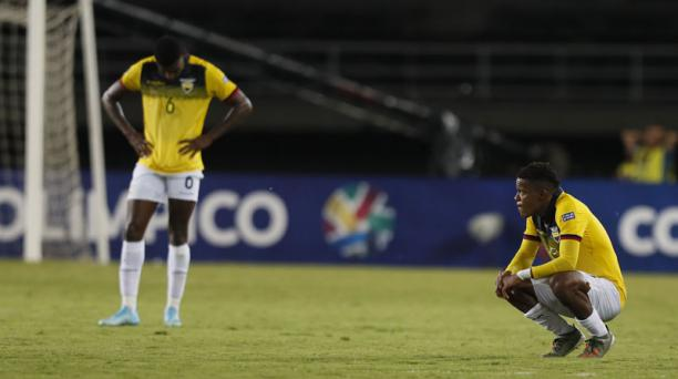 Gustavo Vallecilla (izq.) de Ecuador se lamenta el viernes 25 de enero del 2020 al final del partido de la tercera jornada del Grupo A en el Torneo Preolímpico Sudamericano Sub 23 entre Venezuela y Ecuador, jugado en el estadio Hernán Ramírez Villegas (Co