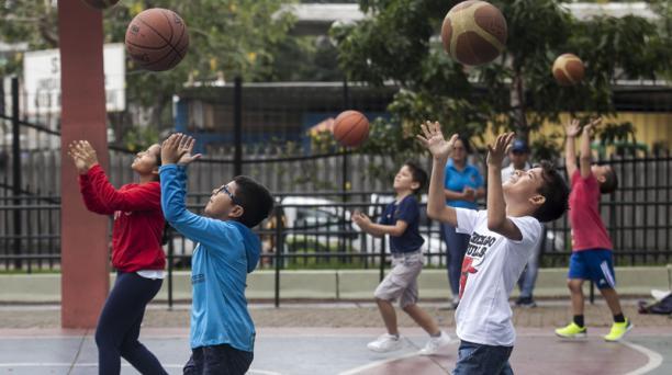 Los estudiantes de Integrarte mejoran su destreza con el balón, en  los entrenamientos en el parque de la Kennedy. Foto: Enrique Pesantes/ EL COMERCIO