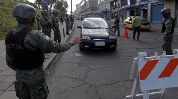 Las FF.AA. realizan un control de armas en el sector de La Alameda, en el centro.