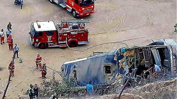 Bus que transportaba a hinchas de Barcelona SC se accidentó en Perú, a pocos minutos de llegar a la ciudad de Máncora. Foto: Sur Oscura
