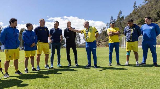 Jorge Célico, DT la Selección Sub 23 con su cuerpo técnico, en la primera reunión con el holandés Jordi Cruyff en la Casa de la Selección. Foto: FEF