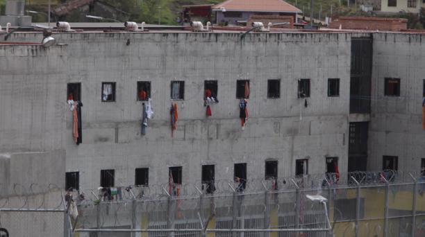 Los presos aparecieron por las ventanas de sus celdas para decir que están bien. Foto: Xavier Caivinagua para EL COMERCIO