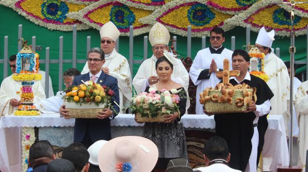 Las autoridades de Ambato participaron de la Bendición de las Flores, Frutas y el Pan, este sábado 22 de febrero del 2020. Foto: Raúl Díaz para EL COMERCIO