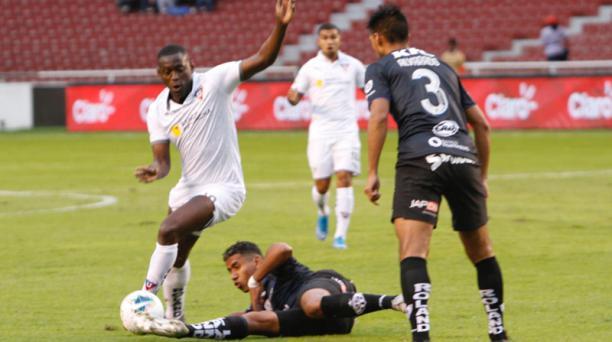Liga de Quito e Independiente del Valle durante el partido en el estadio Rodrigo Paz, en Quito. Foto: Eduardo Terán / EL COMERCIO