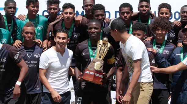 El jugador Moisés Caicedo fue capitán de Independiente del Valle en el equipo rayado en el torneo Mitad del Mundo en Chillo Jijón. Fue titular en el triunfo de Liga de Quito en el estadio Rodrigo Paz Delgado. FOTO: Cortesía de Independiente del Valle.