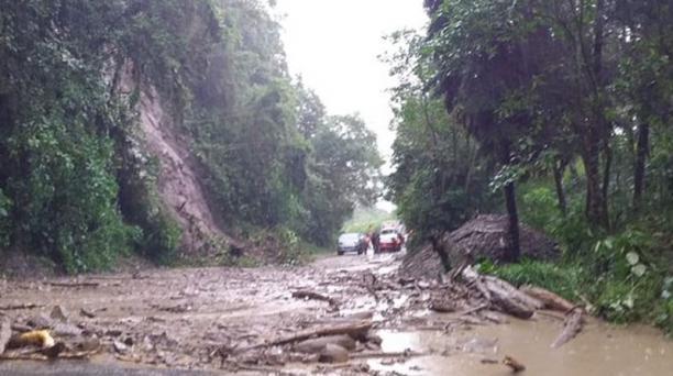 Nuevos deslizamientos de tierra se registraron la tarde de este lunes 24 de febrero del 2020 en la vía Calacalí - La Independencia. Foto: Twitter Prefectura de Pichincha