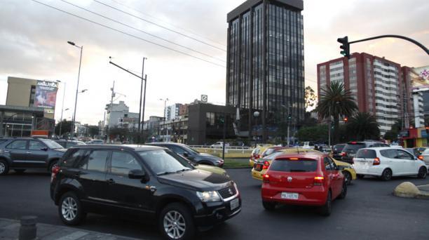 En la Naciones Unidas y 10 de Agosto hay un redondel sobre un paso a desnivel y sistema de semaforización. Foto: David Landeta/ EL COMERCIO.